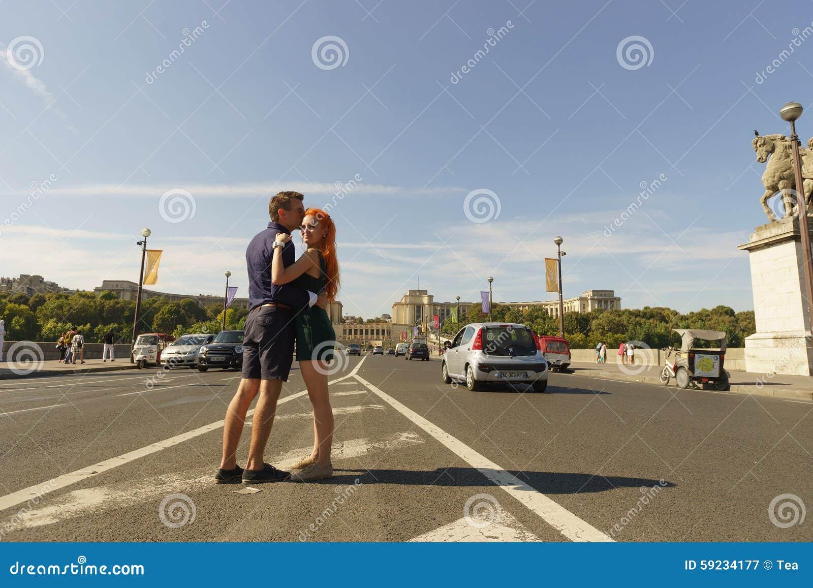 Download Pares Que Caminan En Las Calles De París Fotografía editorial - Imagen de parisiense, ciudad: 59234177