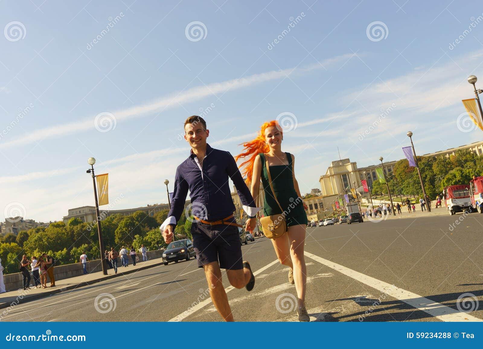 Pares que caminan en las calles de París