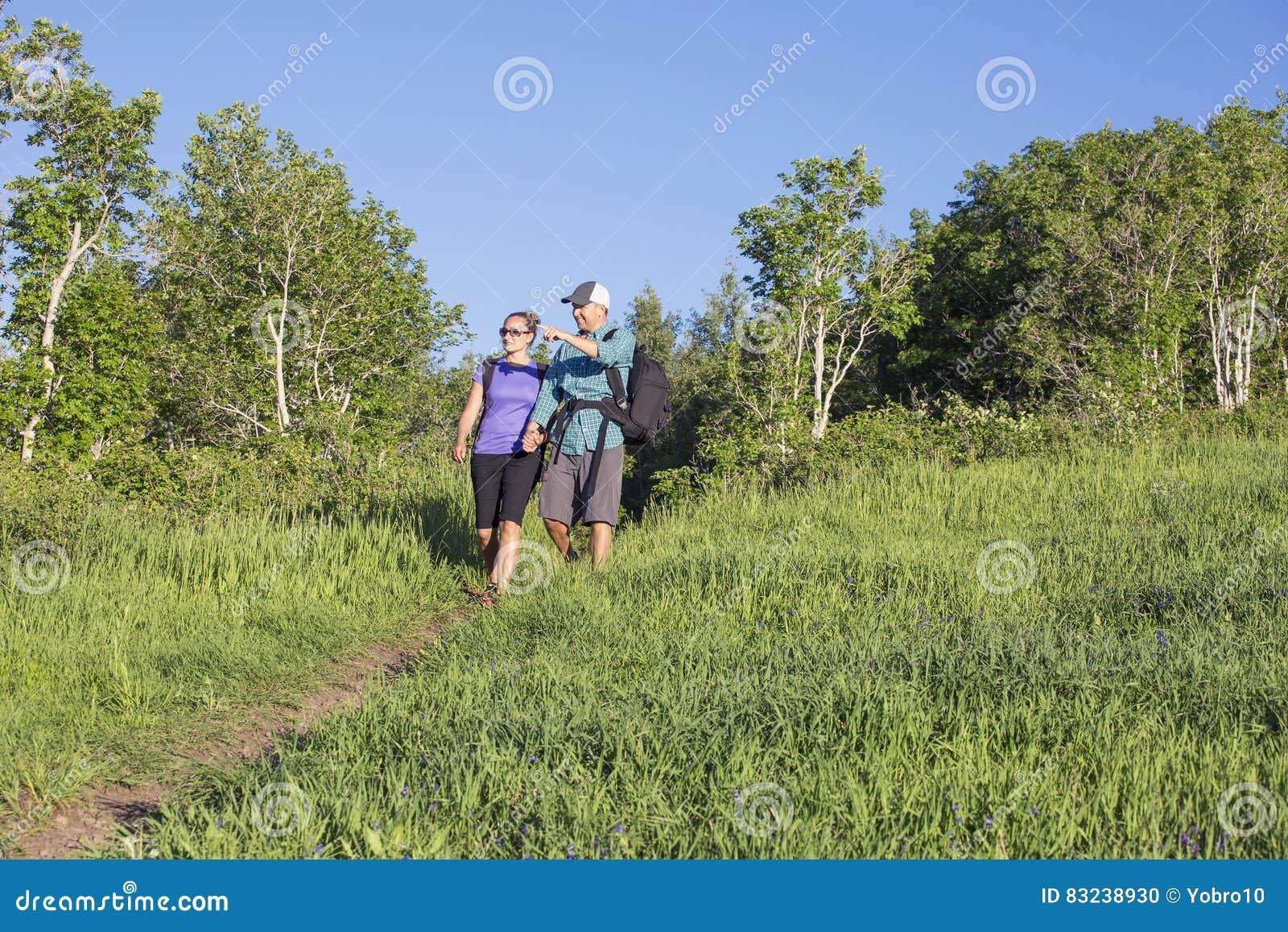 Pares que caminham junto em uma fuga de montanha