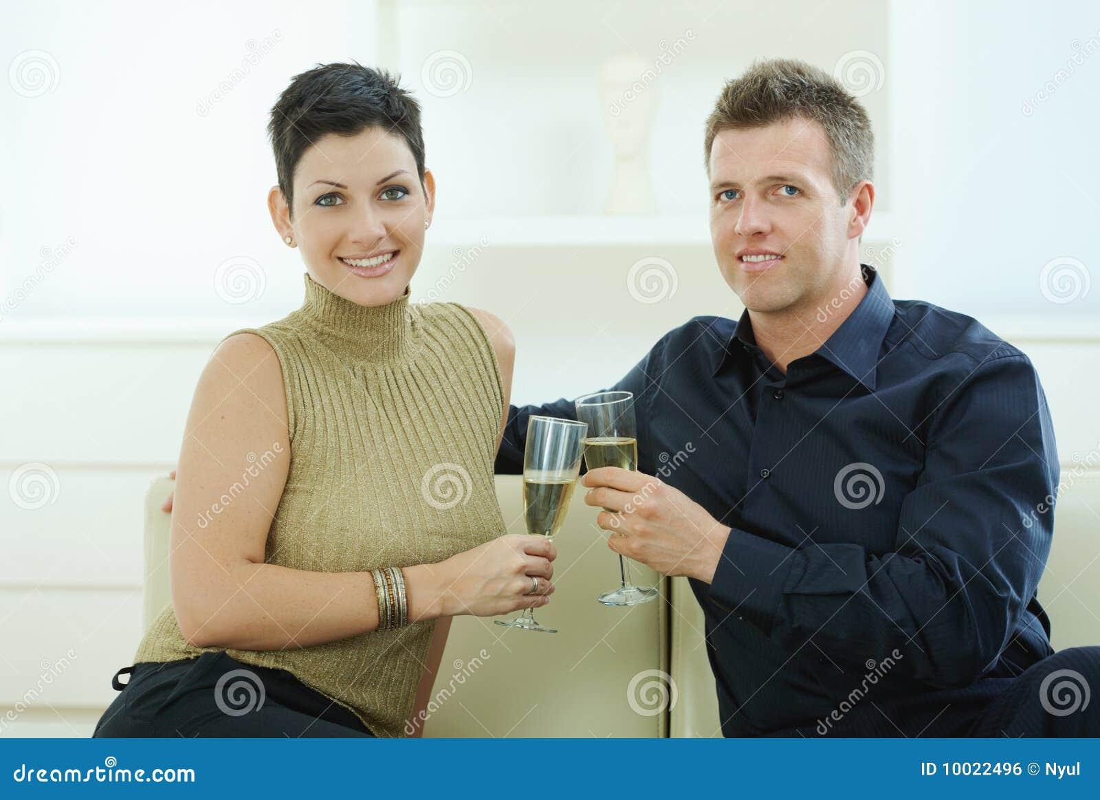 Pares que clinking com champanhe
