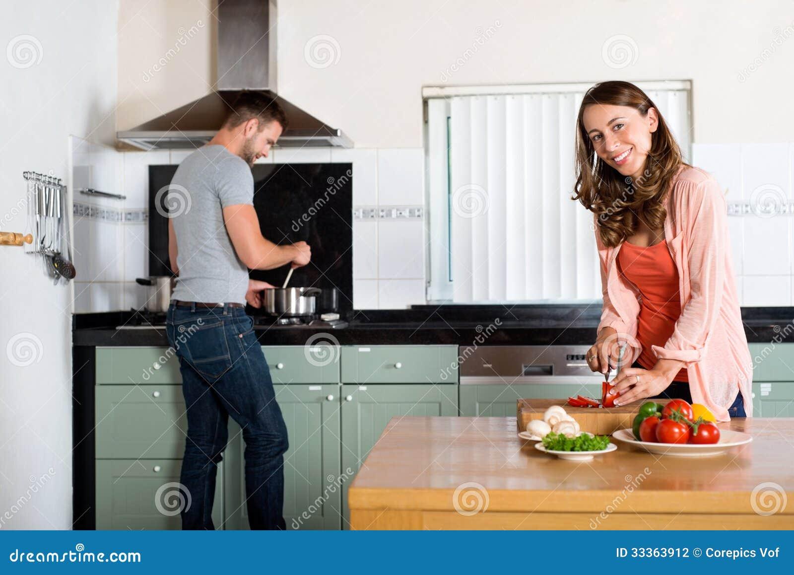 Pares que cocinan en cocina