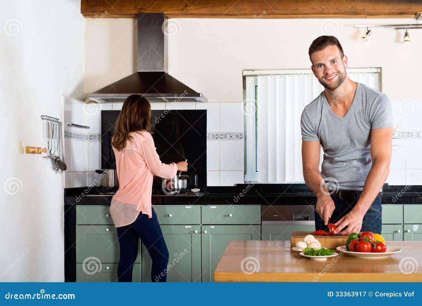 Pares que cocinan en cocina nacional