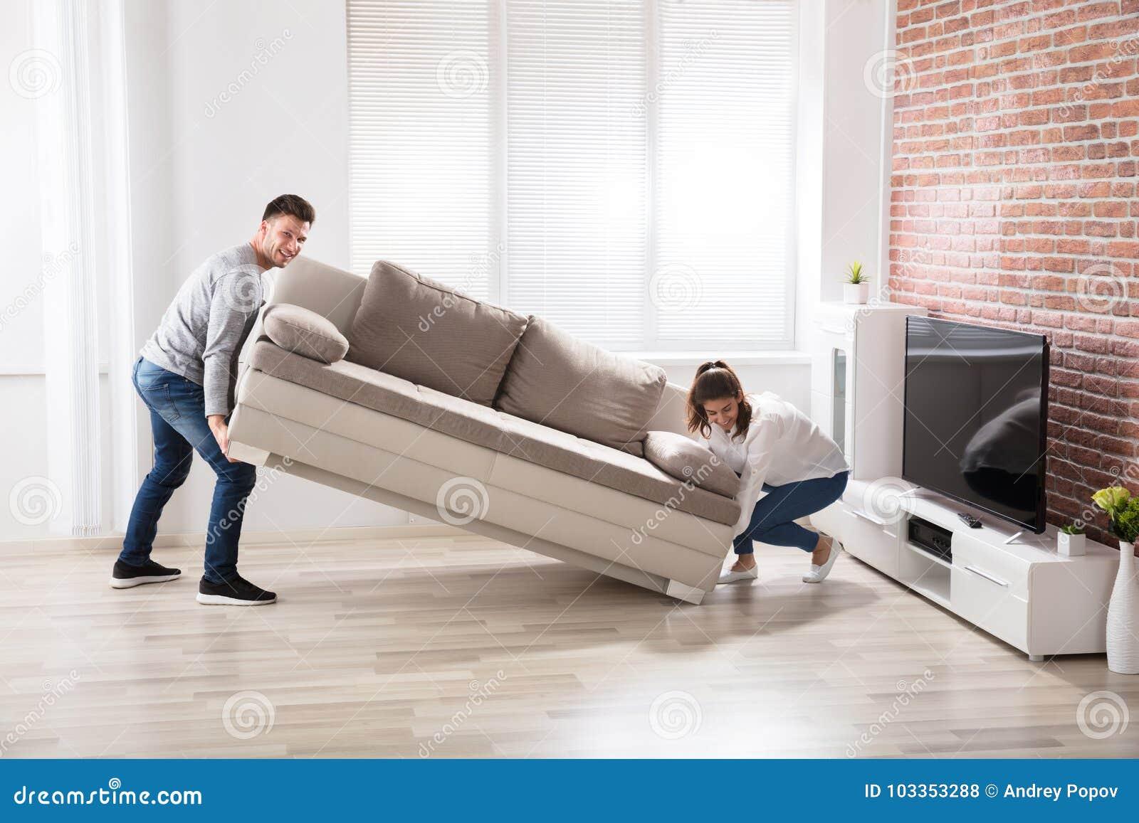 Pares que colocam Sofa At Their New Home