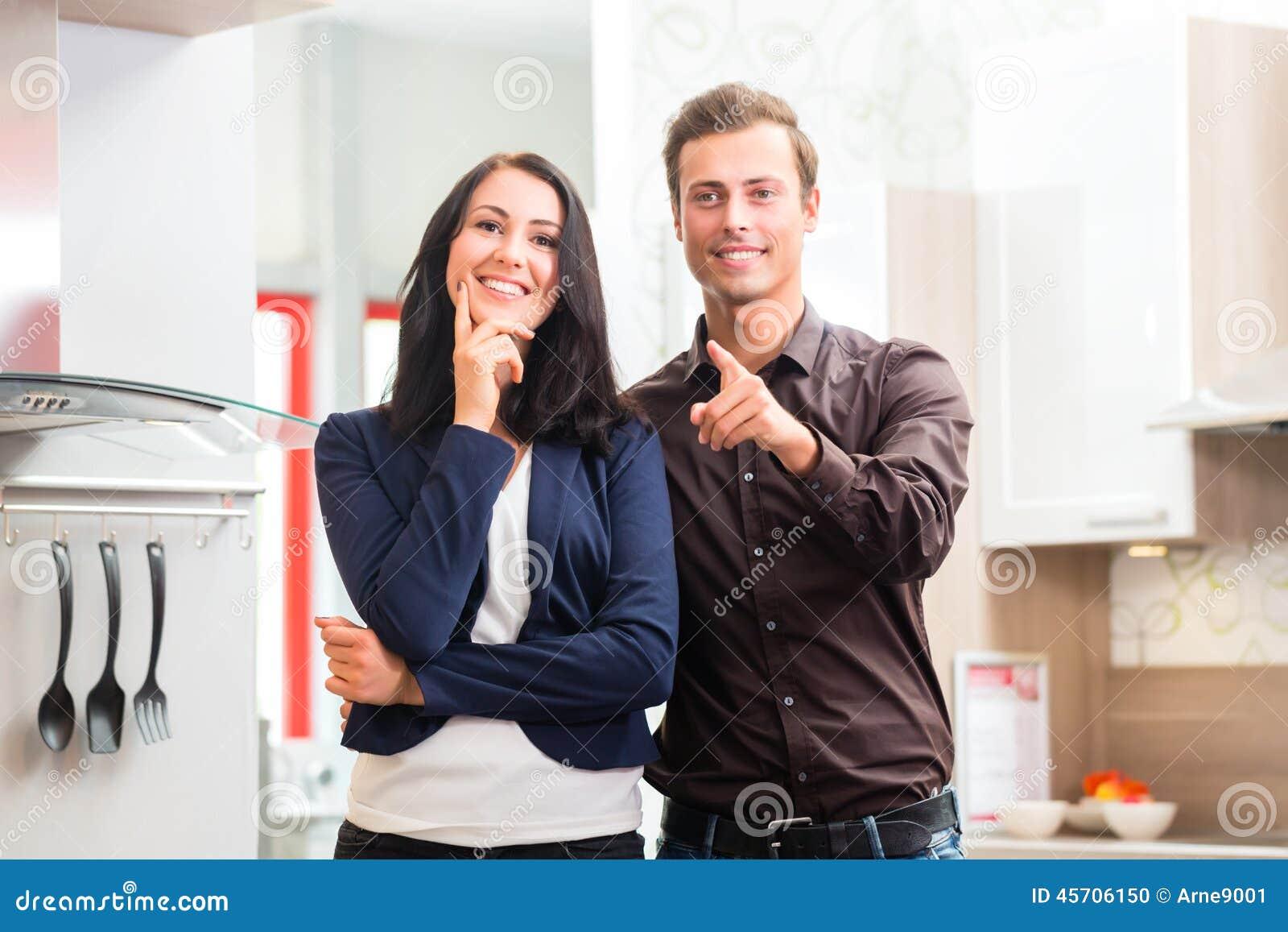 Pares que compran la tienda de muebles de la cocina nacional foto de archivo imagen 45706150 - Tiendas que compran muebles de segunda mano ...
