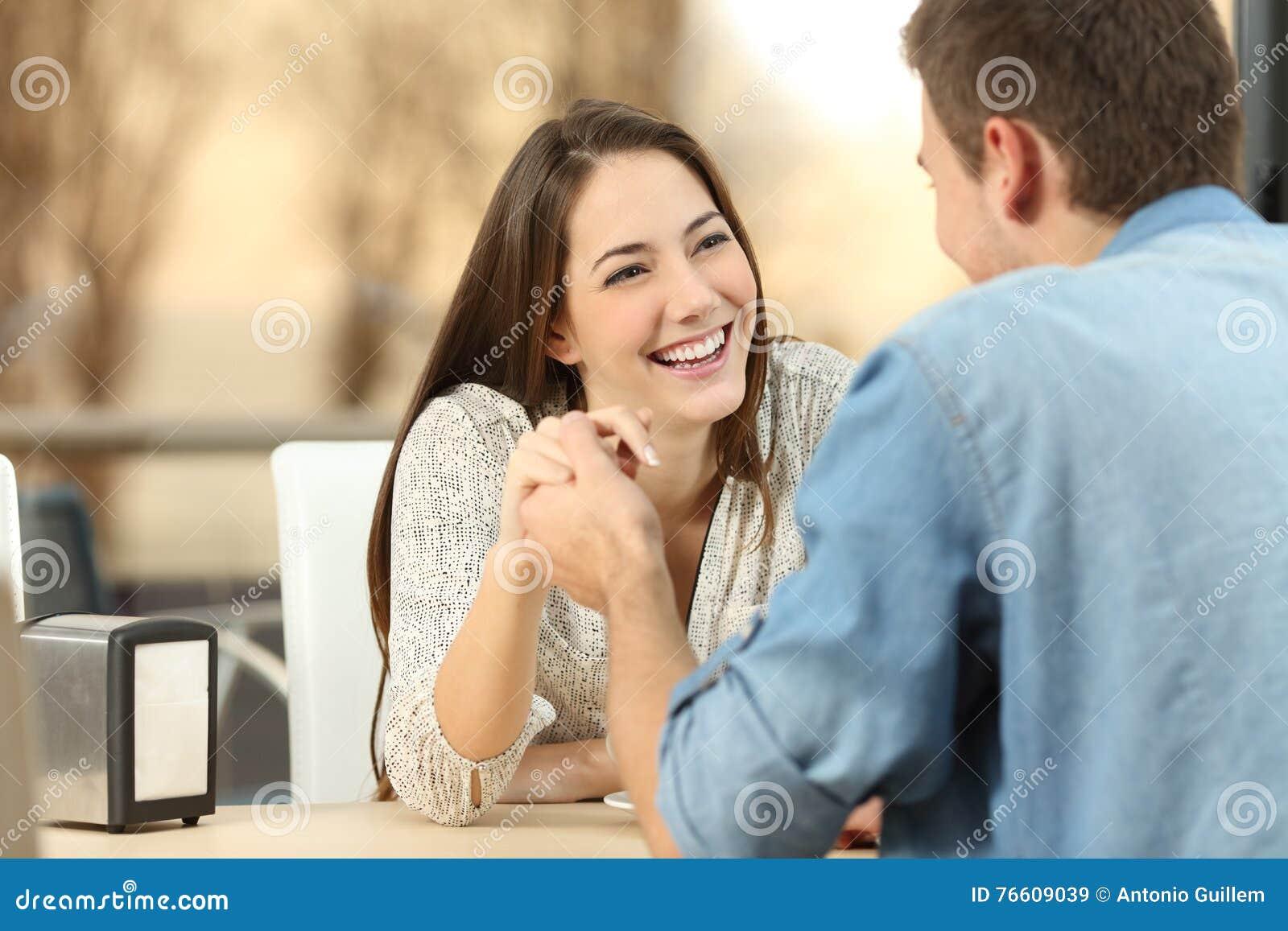 Pares que datam e que flertam em uma cafetaria