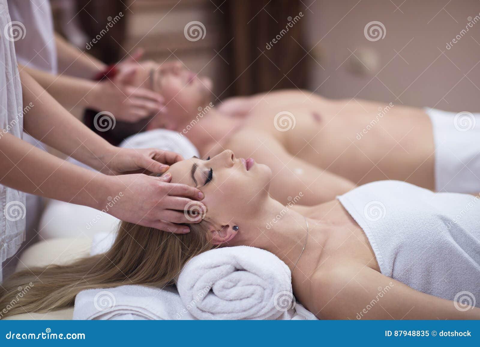 Pares que disfrutan del masaje principal en el balneario
