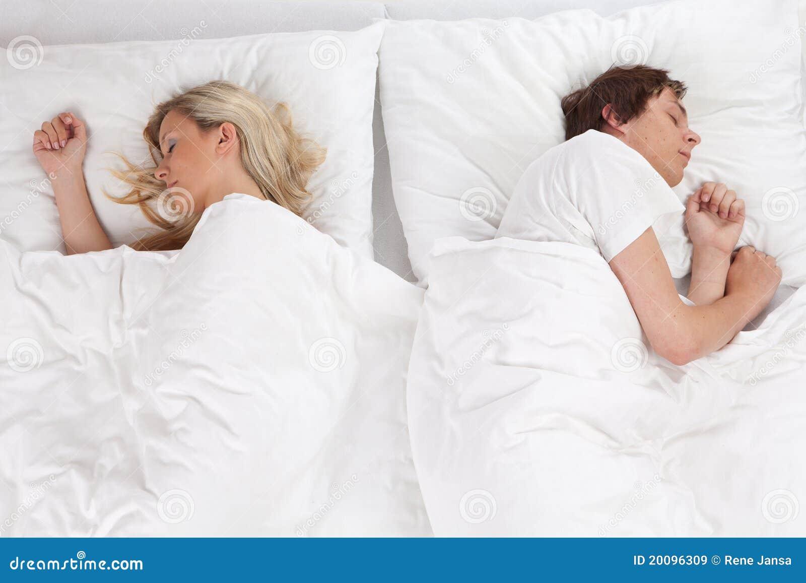Pares que dormem na cama