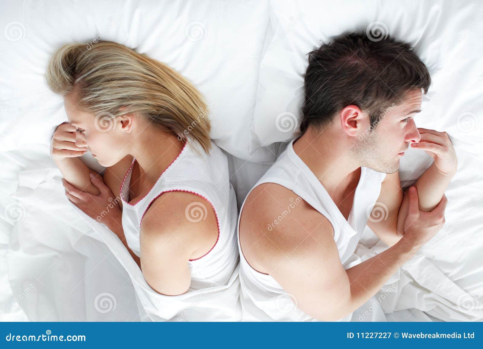 Pares que encontram-se na cama
