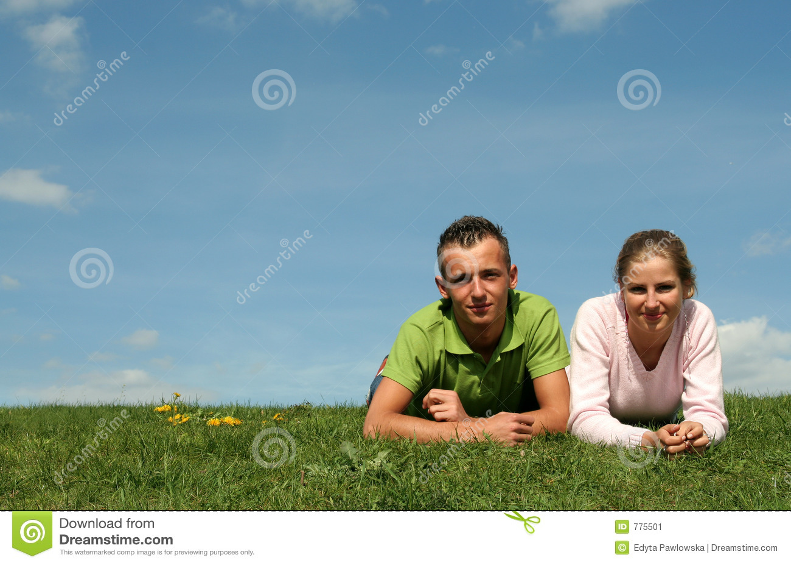 Pares que encontram-se na grama