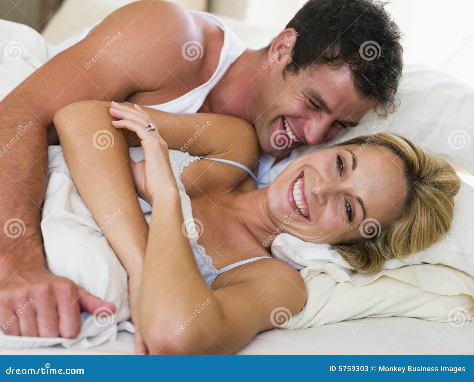 Pares que encontram-se no riso da cama