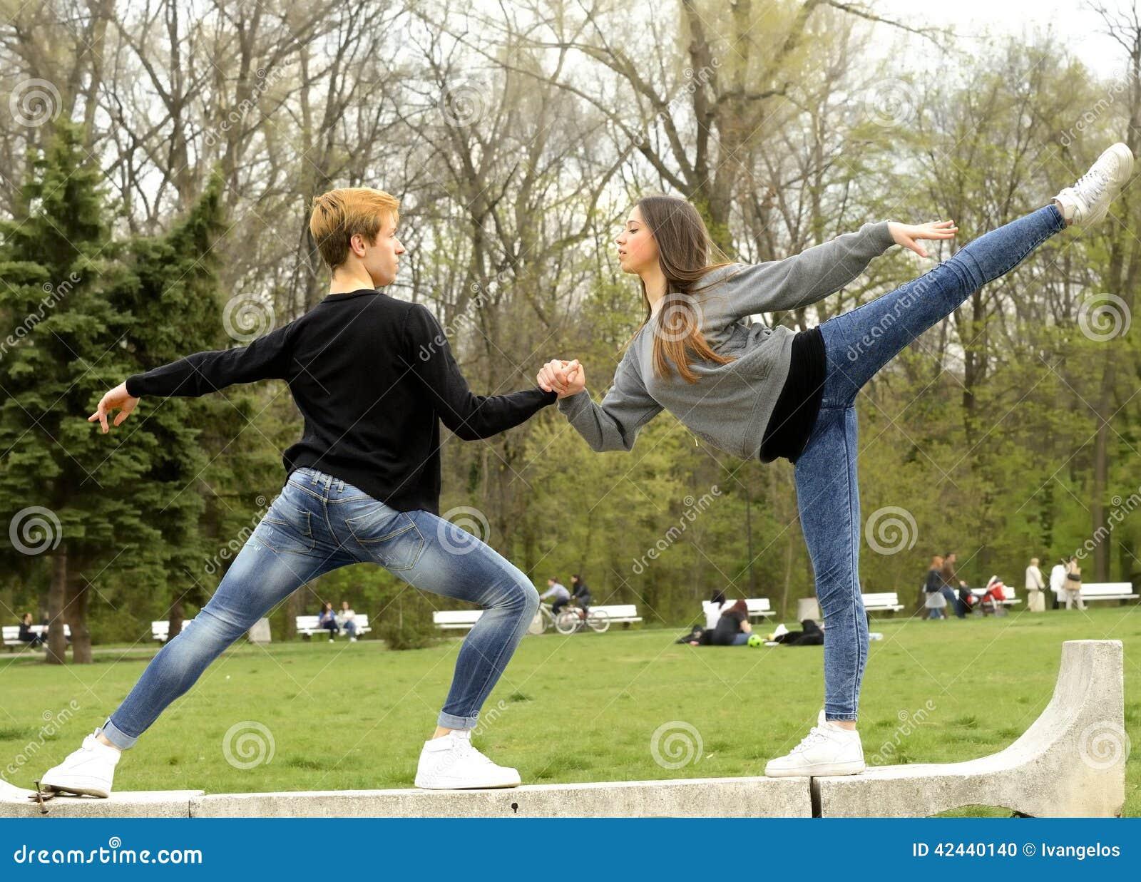 Pares que hacen ejercicio del ballet