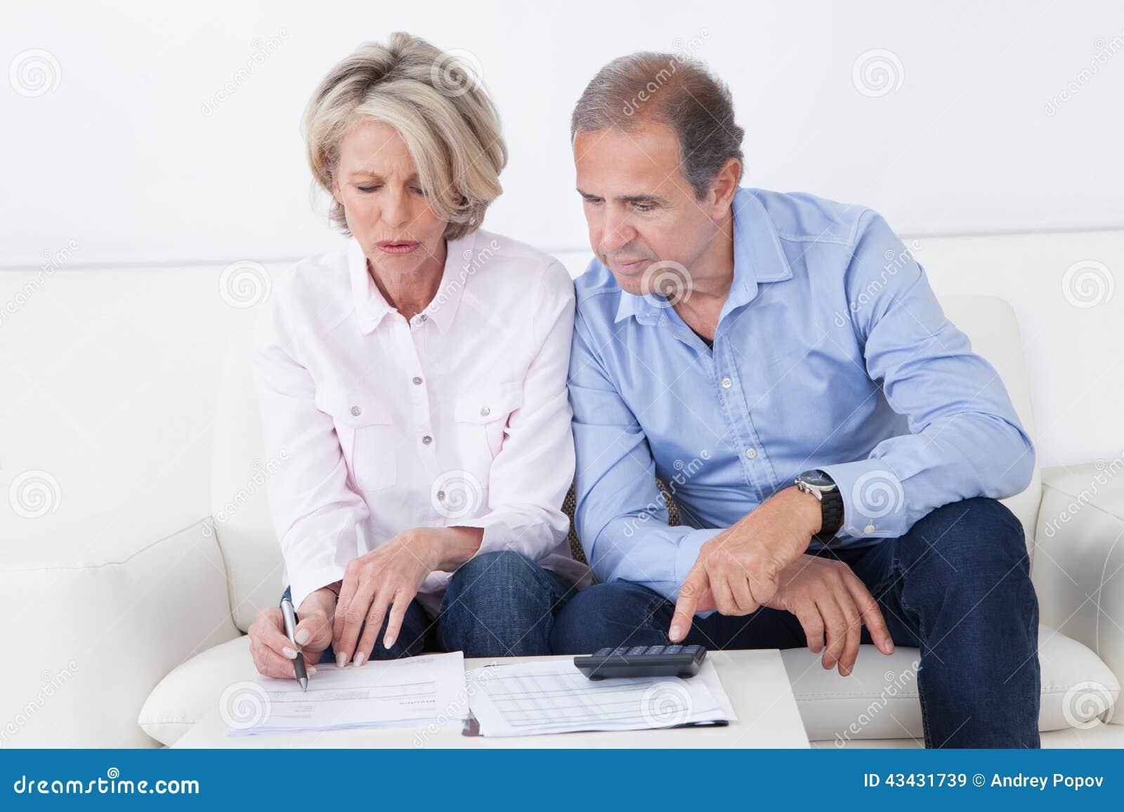 Pares que hacen finanzas de la familia en casa