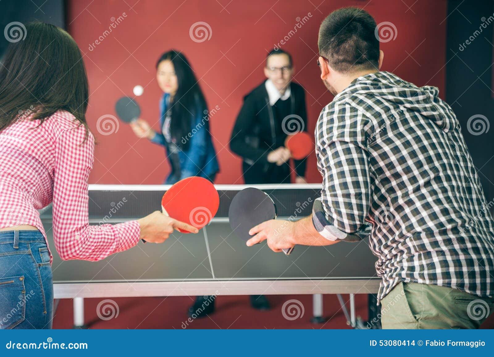 Pares que jogam o pong do sibilo