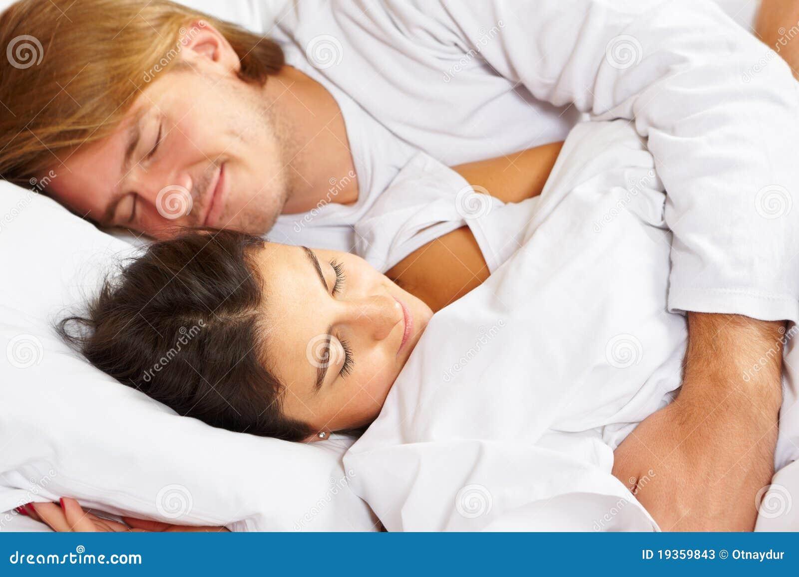 Pares que mostram o romance na cama