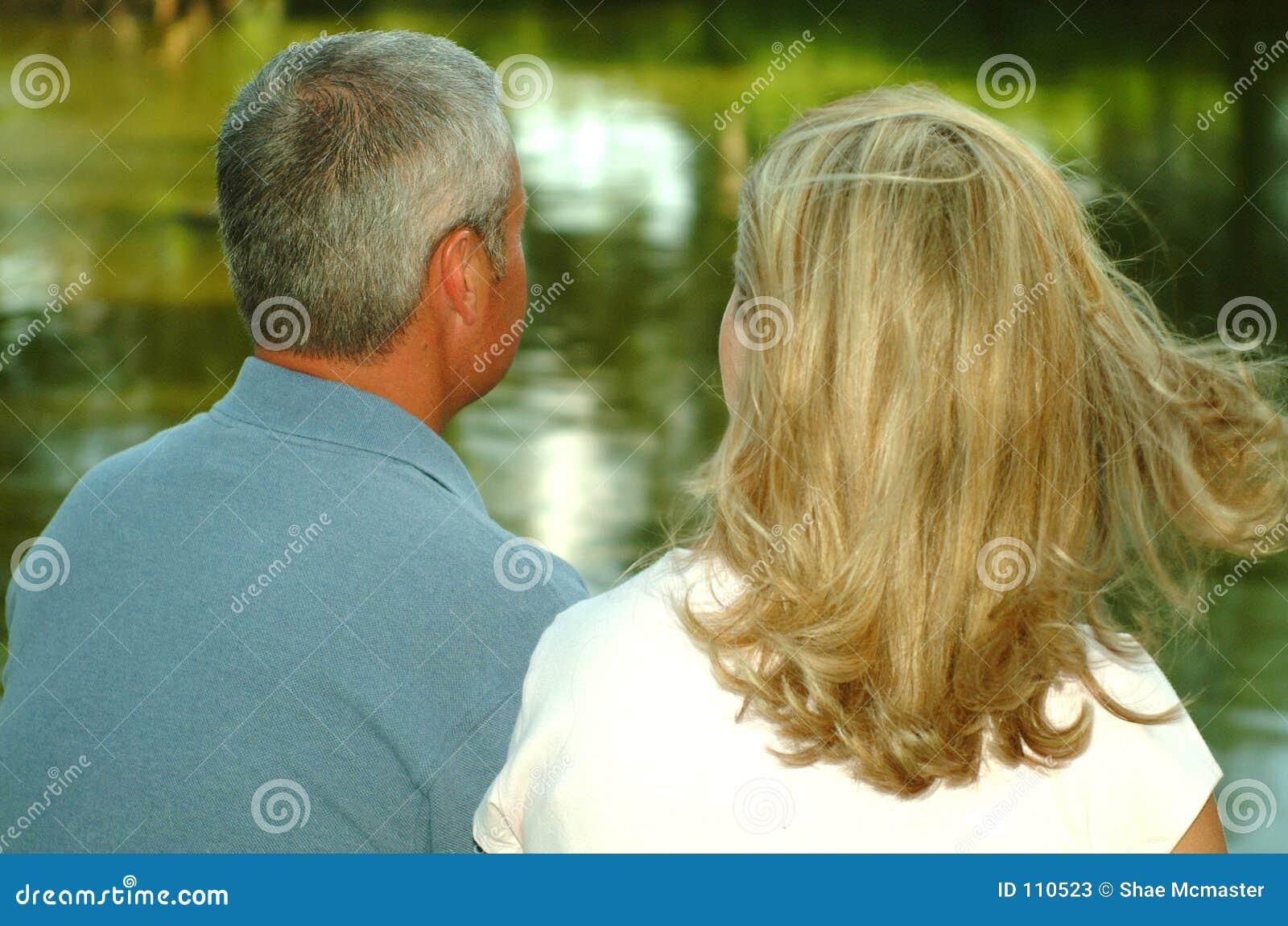Pares que olham a lagoa