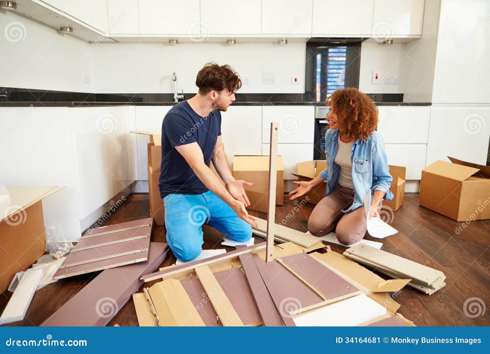 Pares Que Ponen Juntos Los Muebles De La Asamblea Del Uno Mismo En  # Muebles Nuevo Hogar