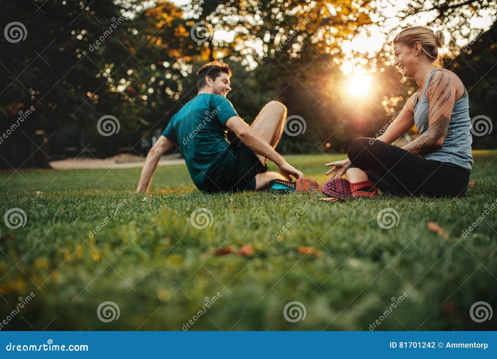 Pares que relaxam após a sessão de formação física