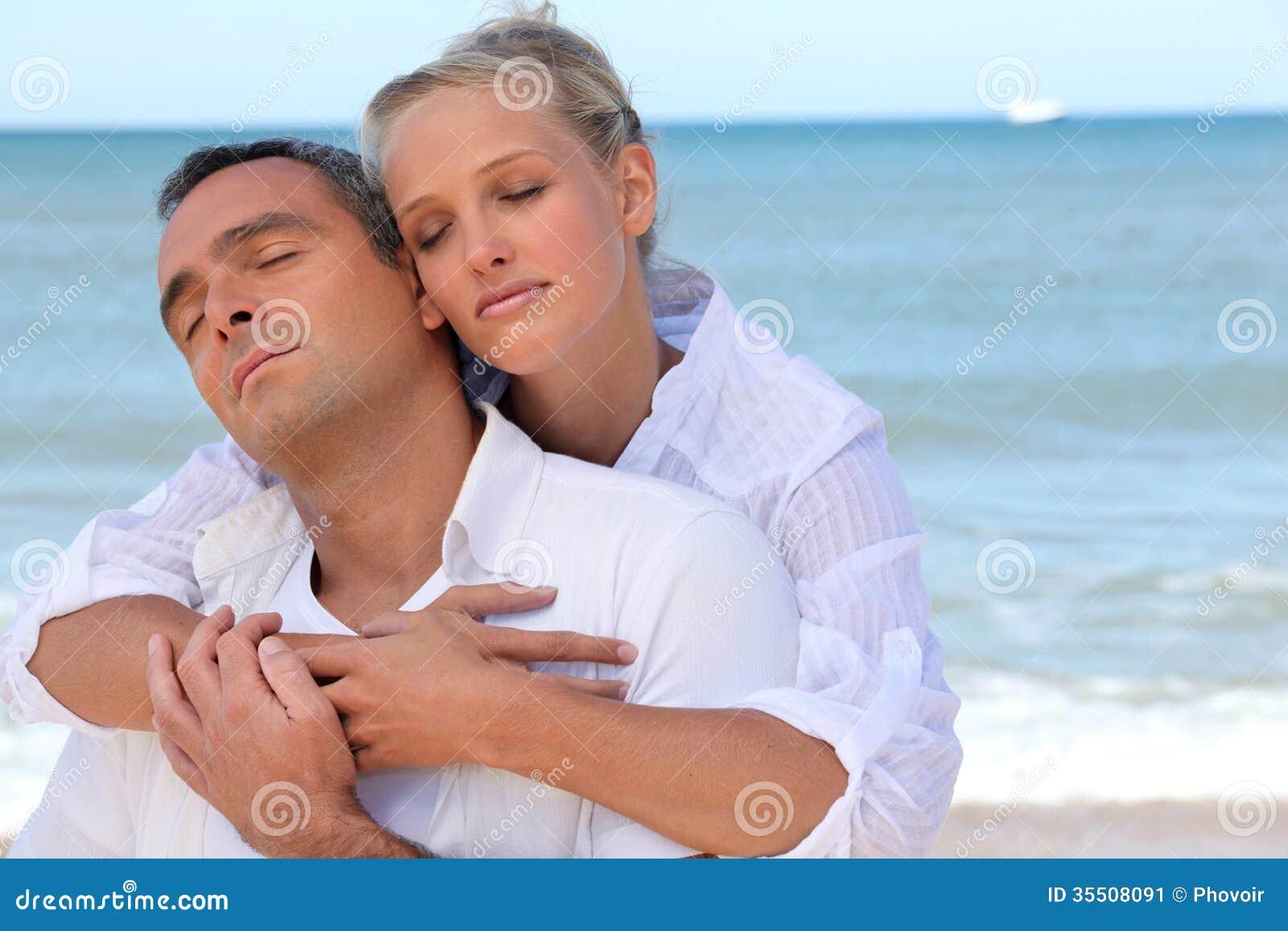 Pares que se colocan en la playa aislada