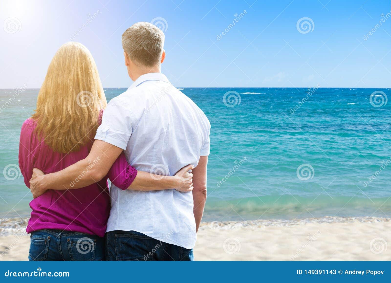 Pares que se colocan en la playa tropical