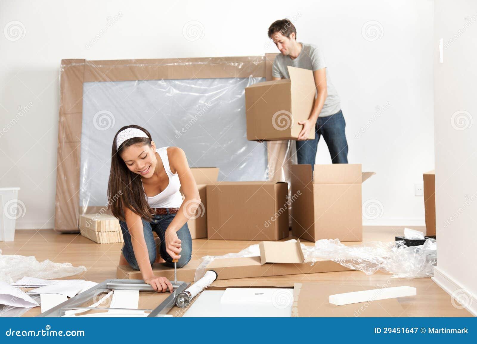 Pares que se mueven en nueva casa casera