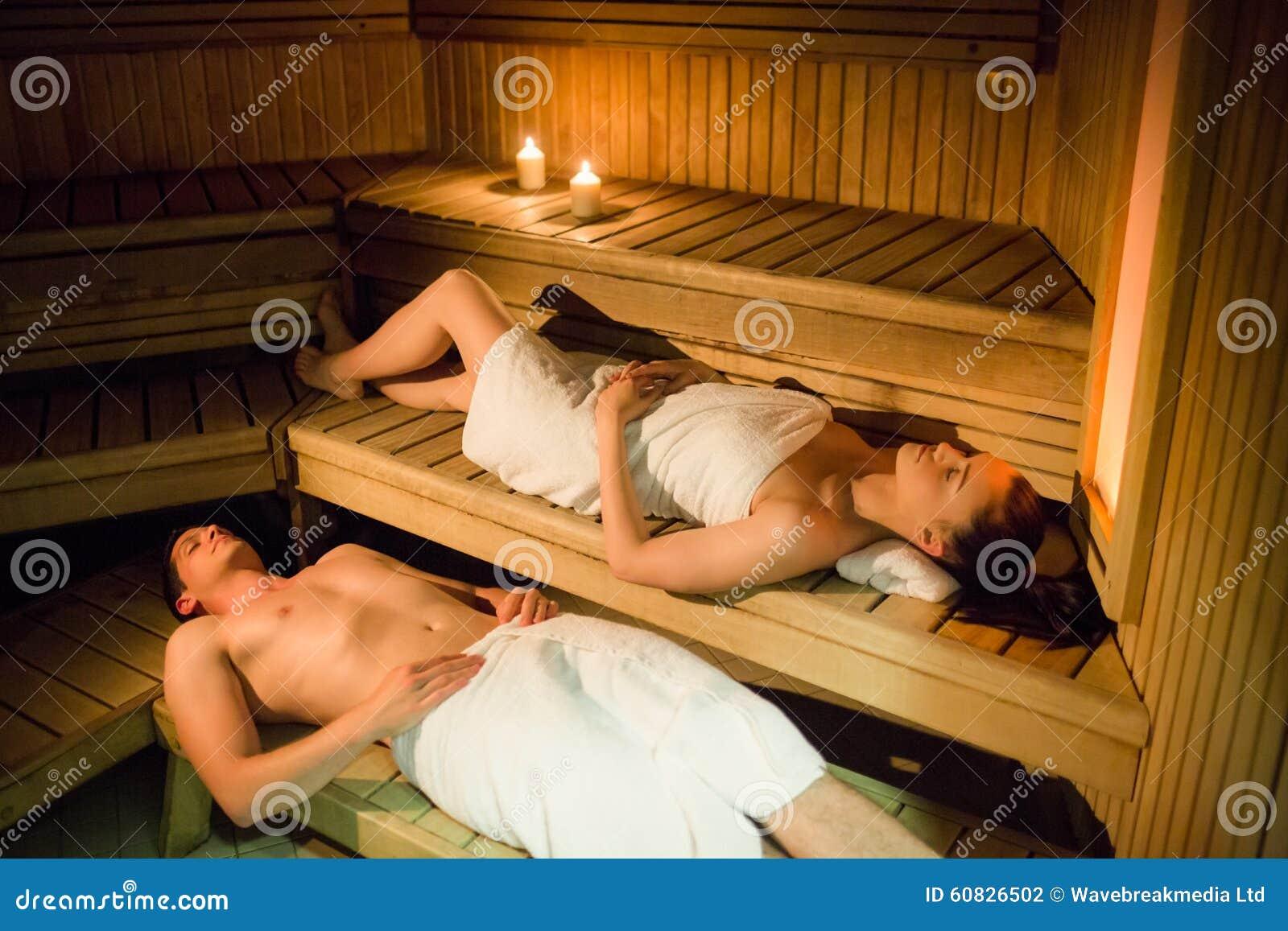 Pares que se relajan en la sauna