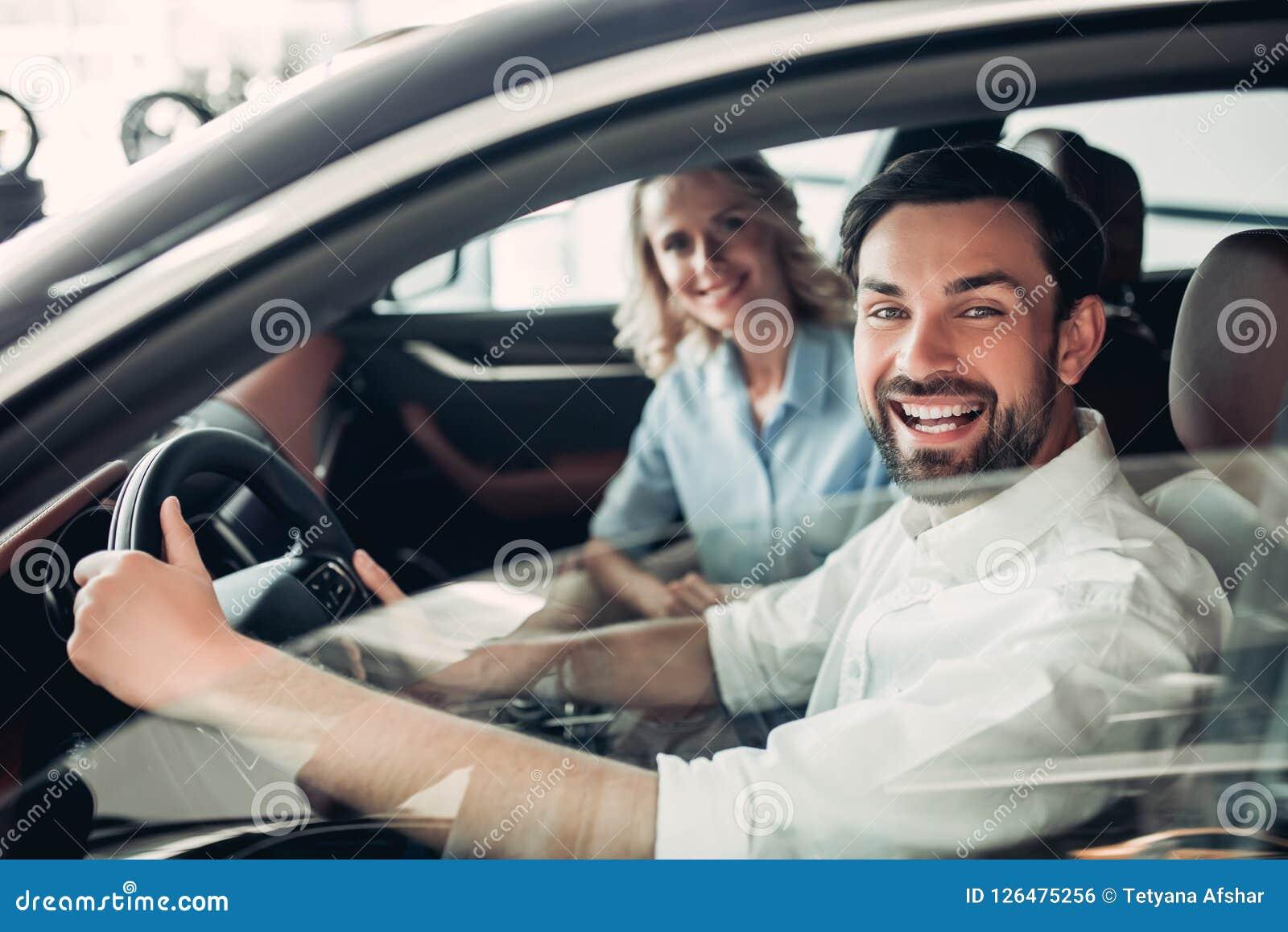 Pares que se sientan en nuevo coche