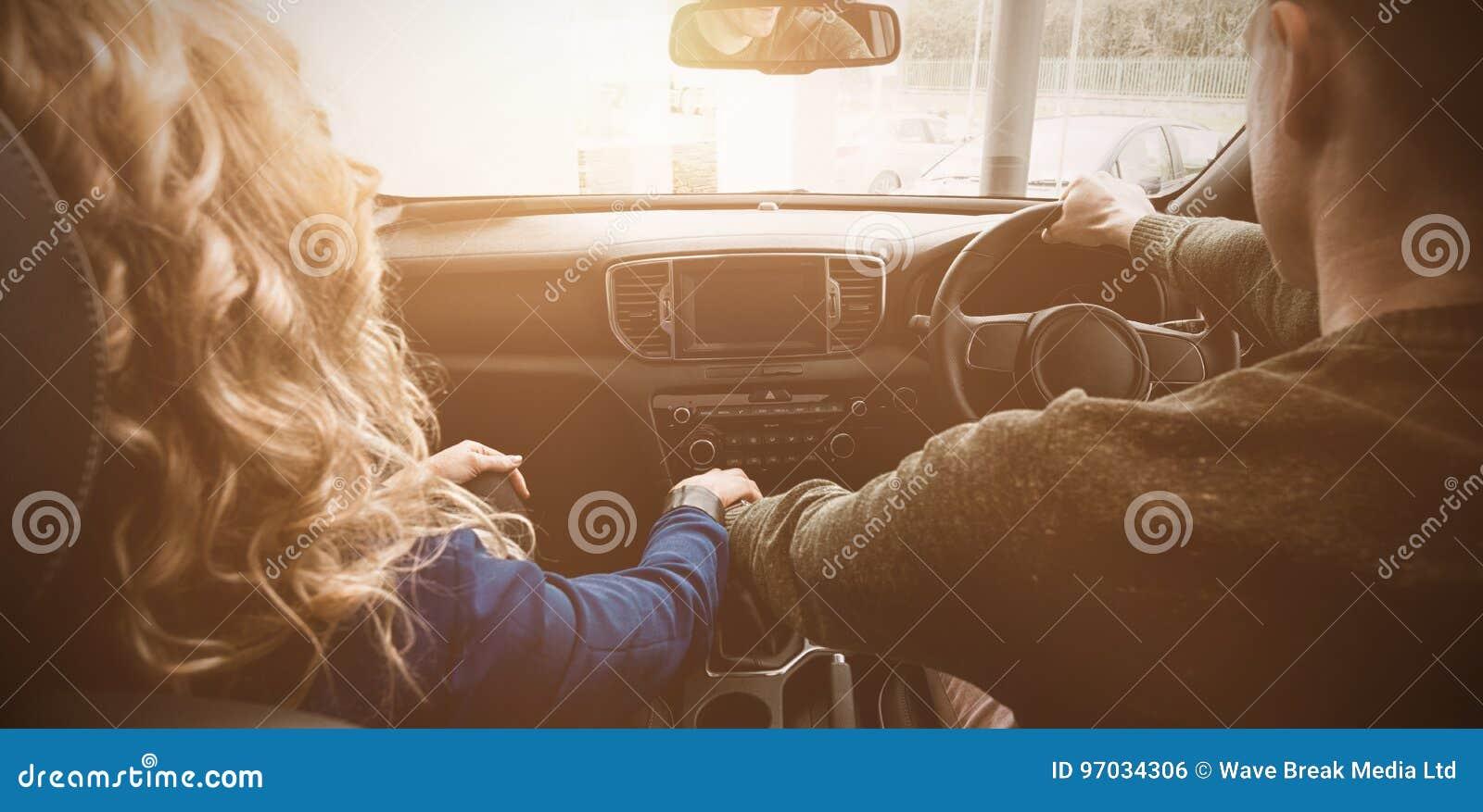 Pares que sentam-se no carro durante a movimentação do teste