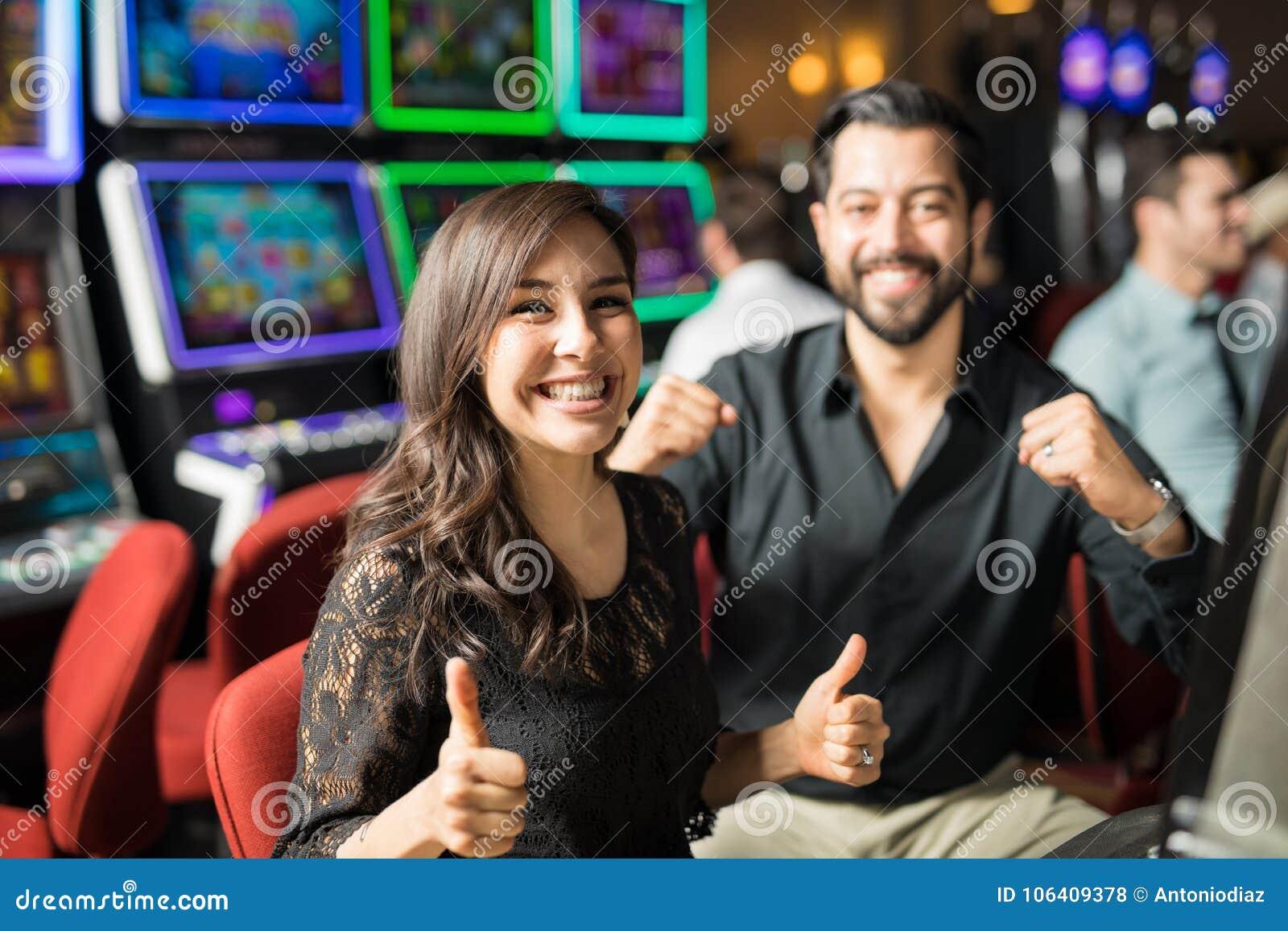 Pares que têm algum divertimento em um casino