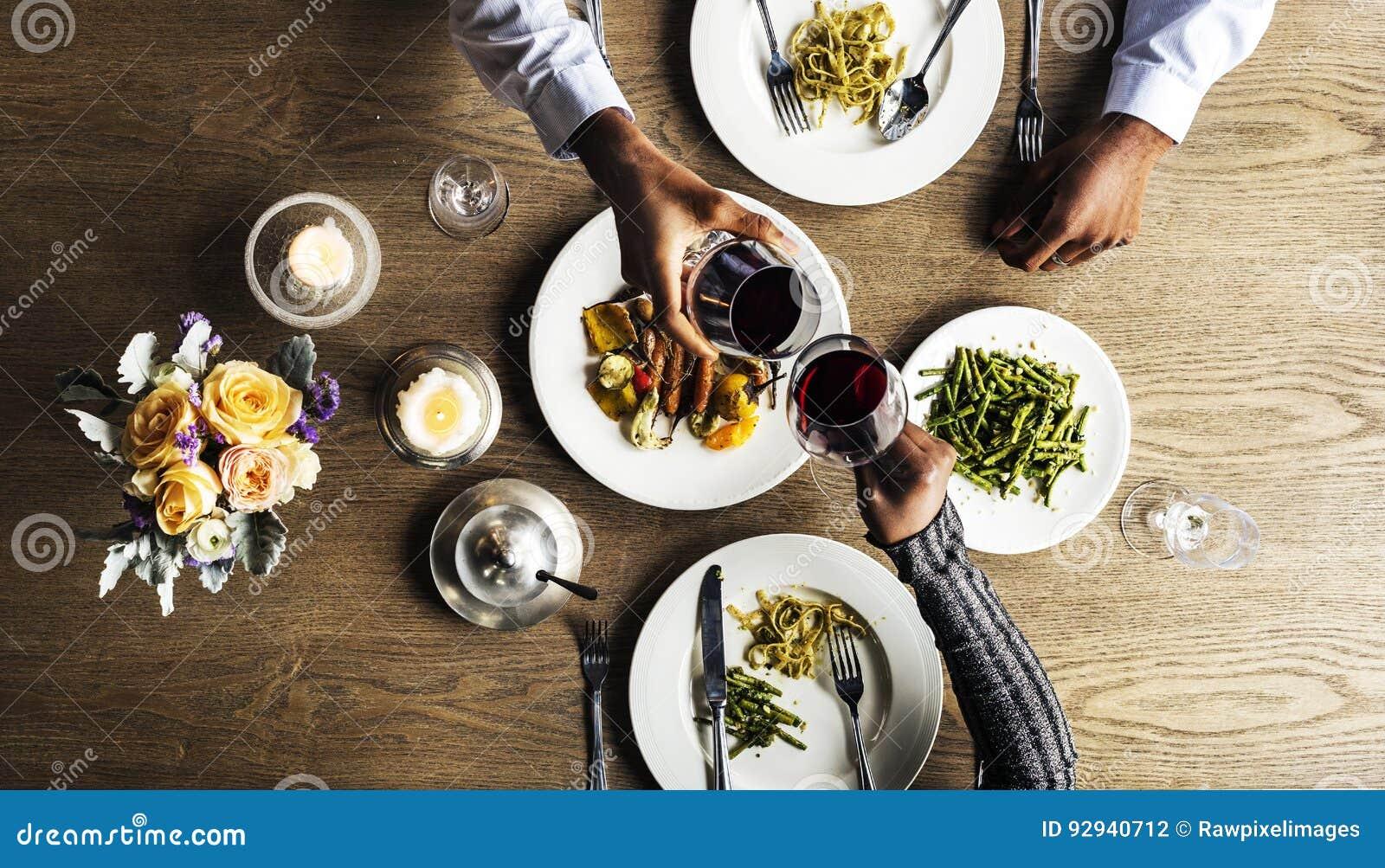 Pares que têm a data do jantar no restaurante