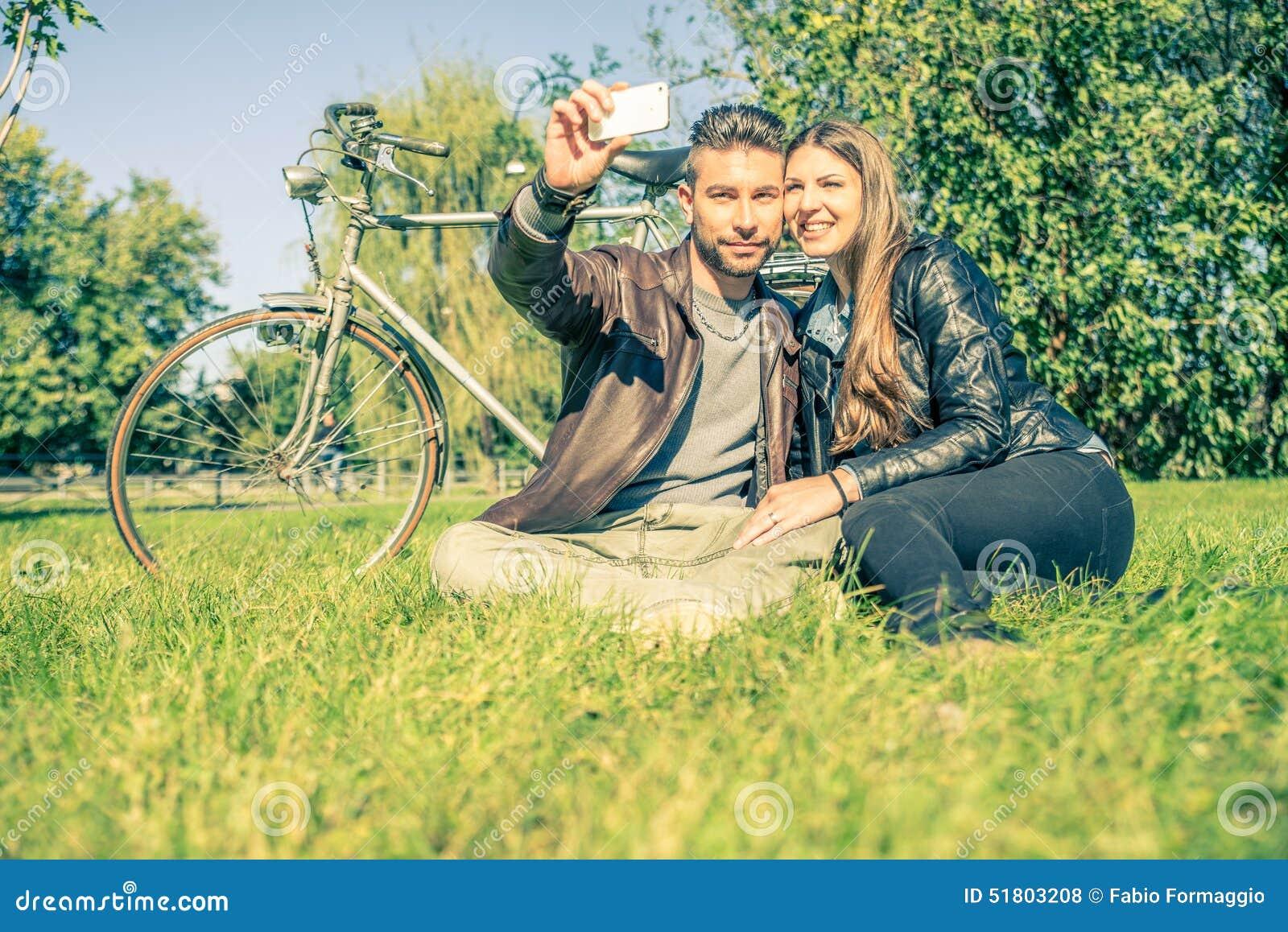 Pares que toman el selfie
