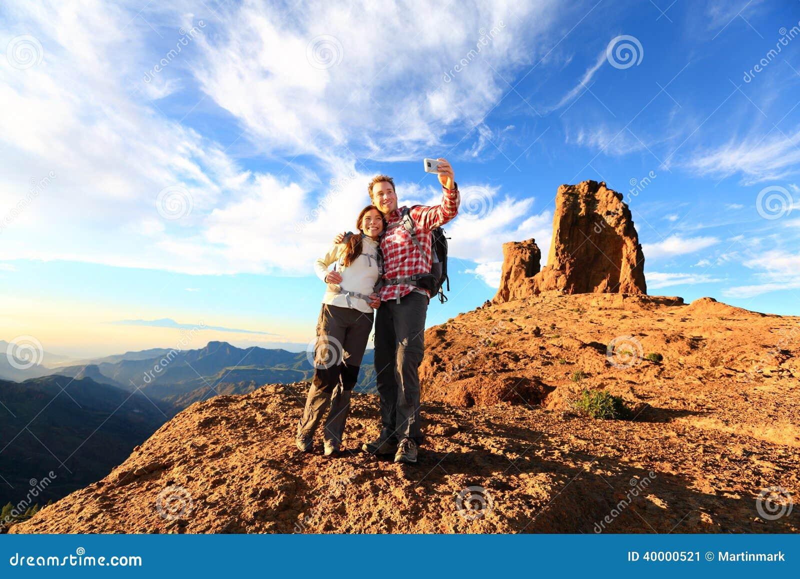 Pares que toman el selfie que camina en naturaleza hermosa
