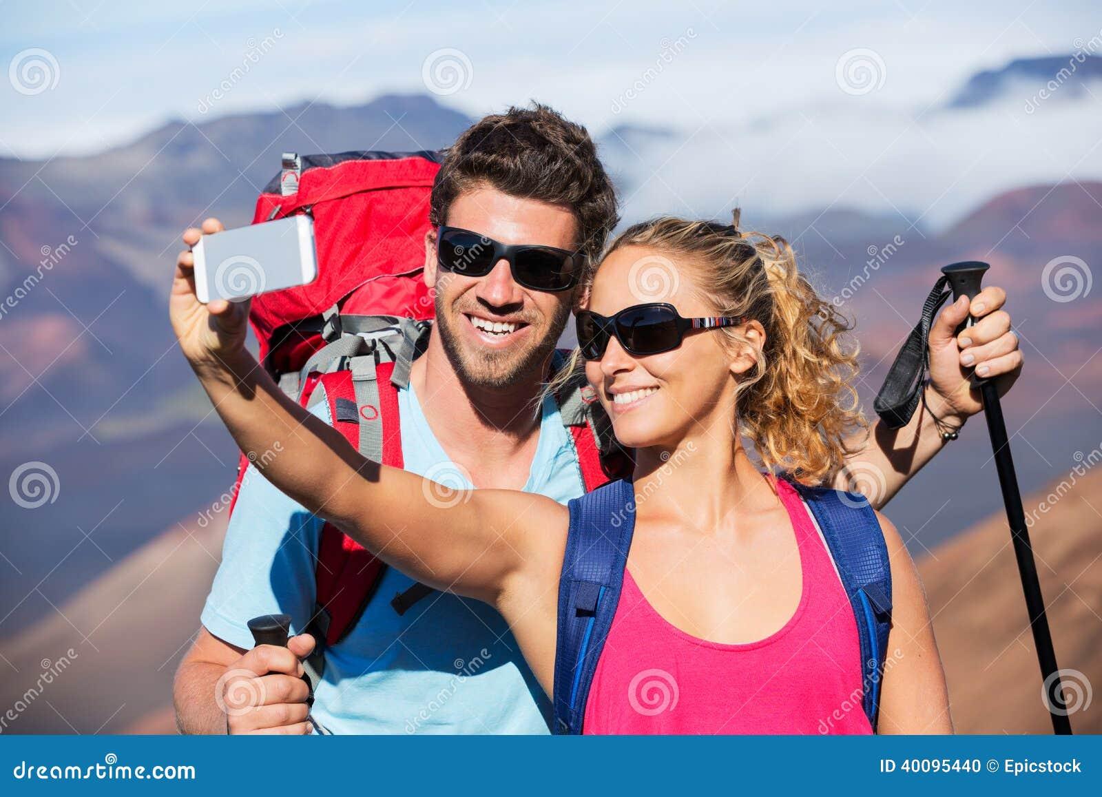 Pares que toman una foto de ellos mismos con el teléfono