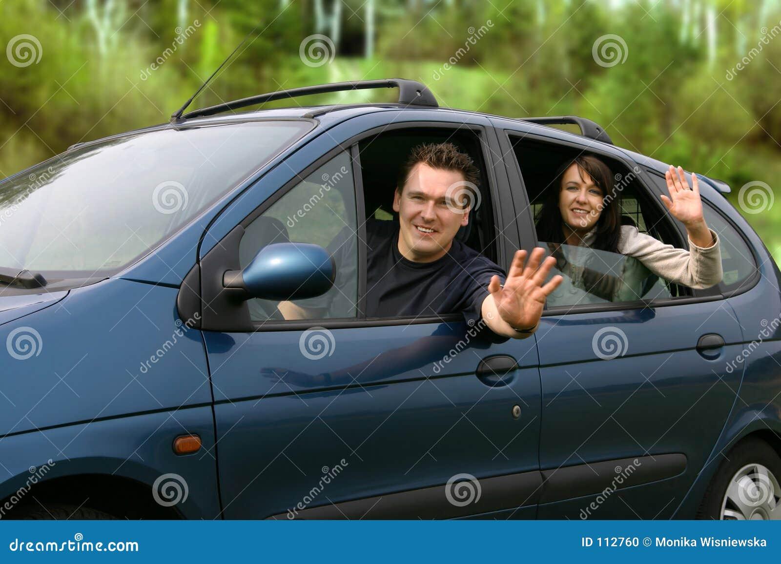 Pares que viajam no carro