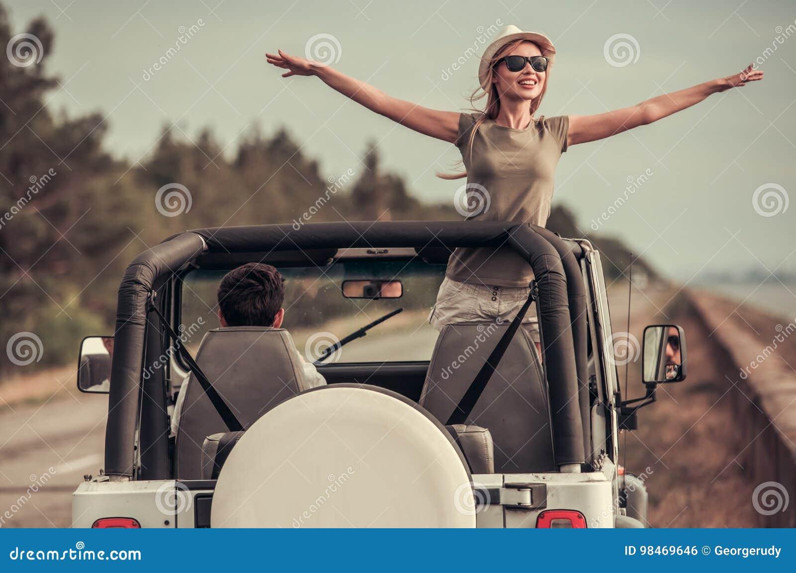 Pares que viajam pelo carro