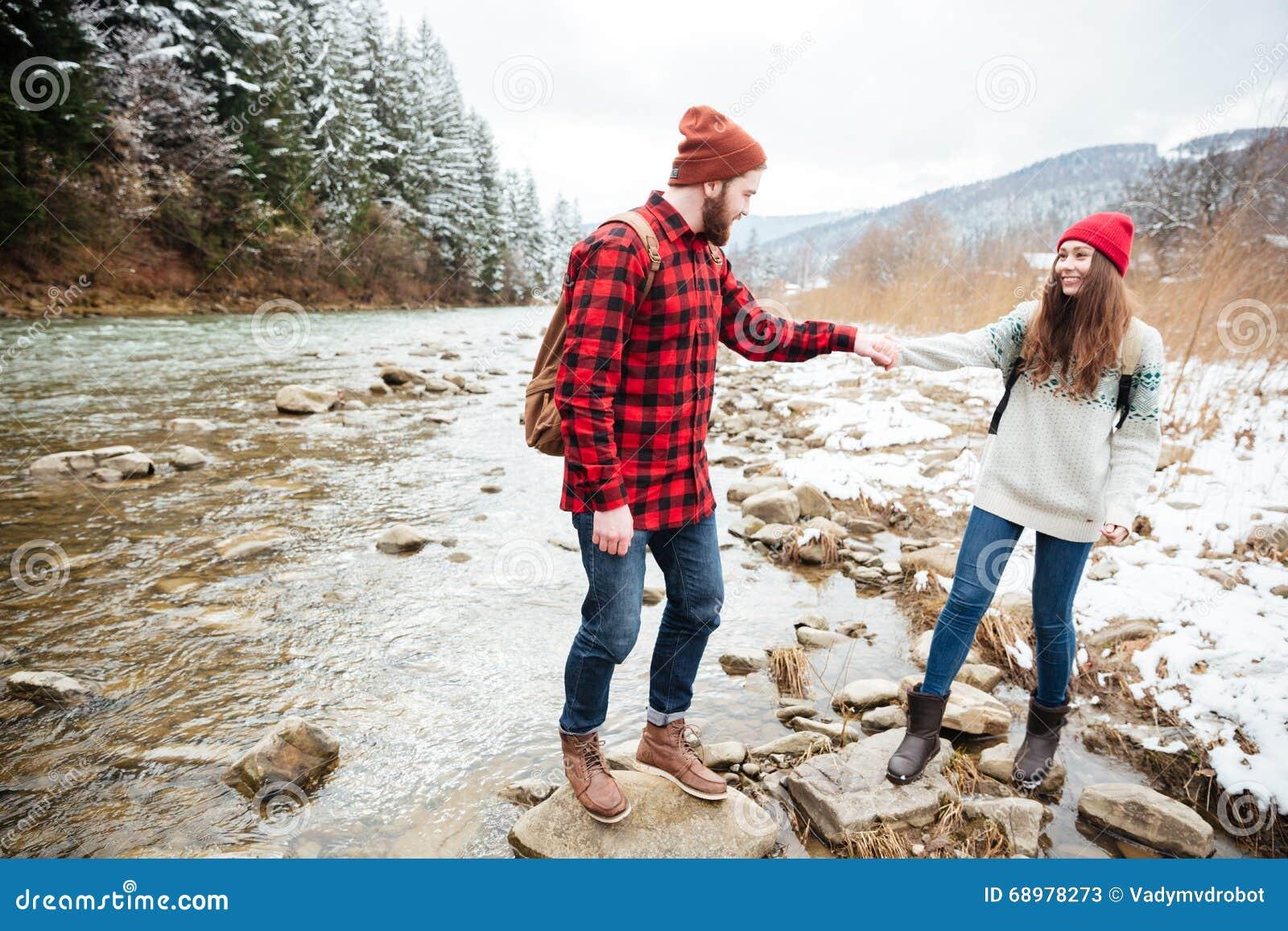 Pares que viajan en el río