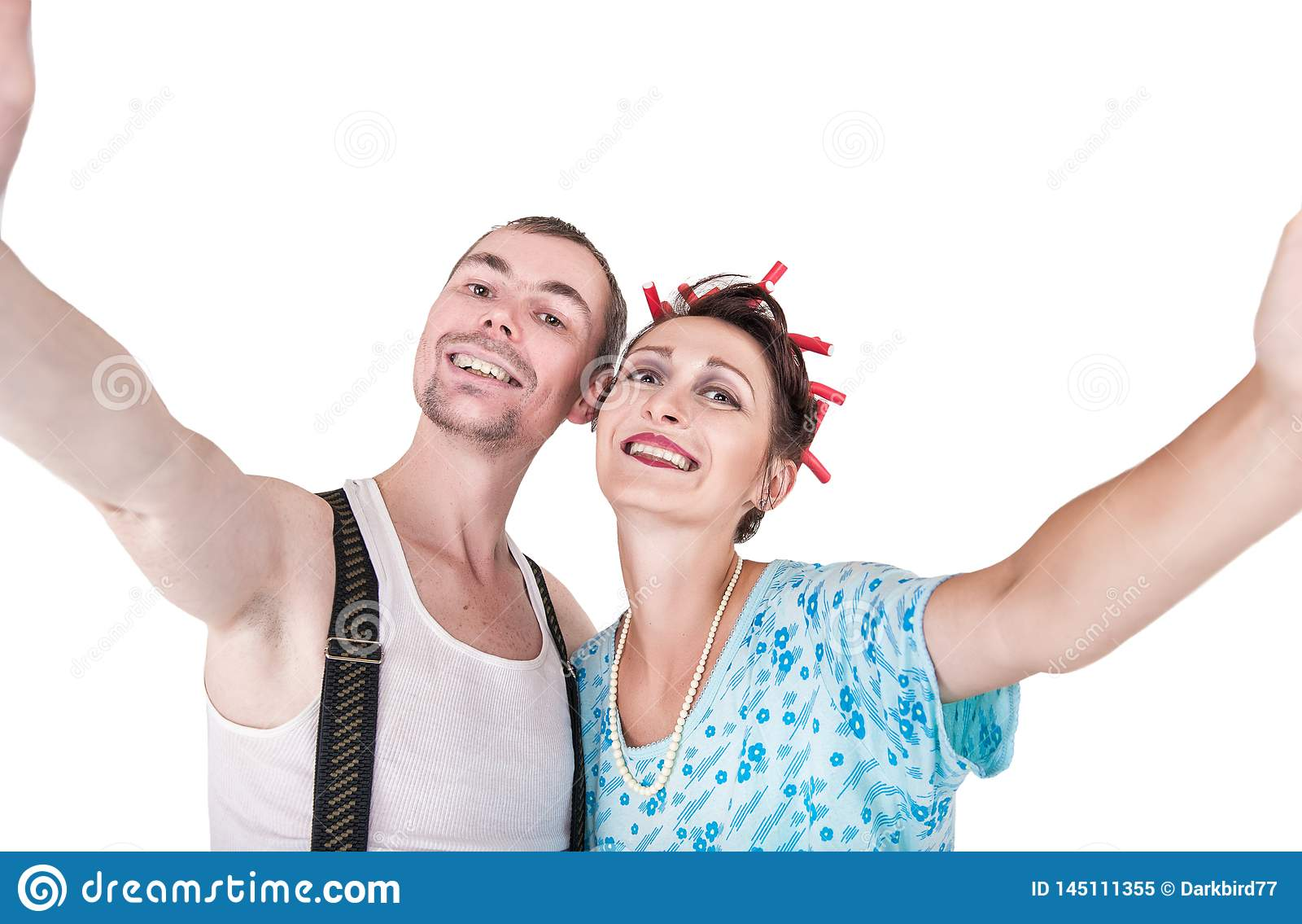 Pares retros divertidos que toman a foto de ellos mismos el selfie aislado