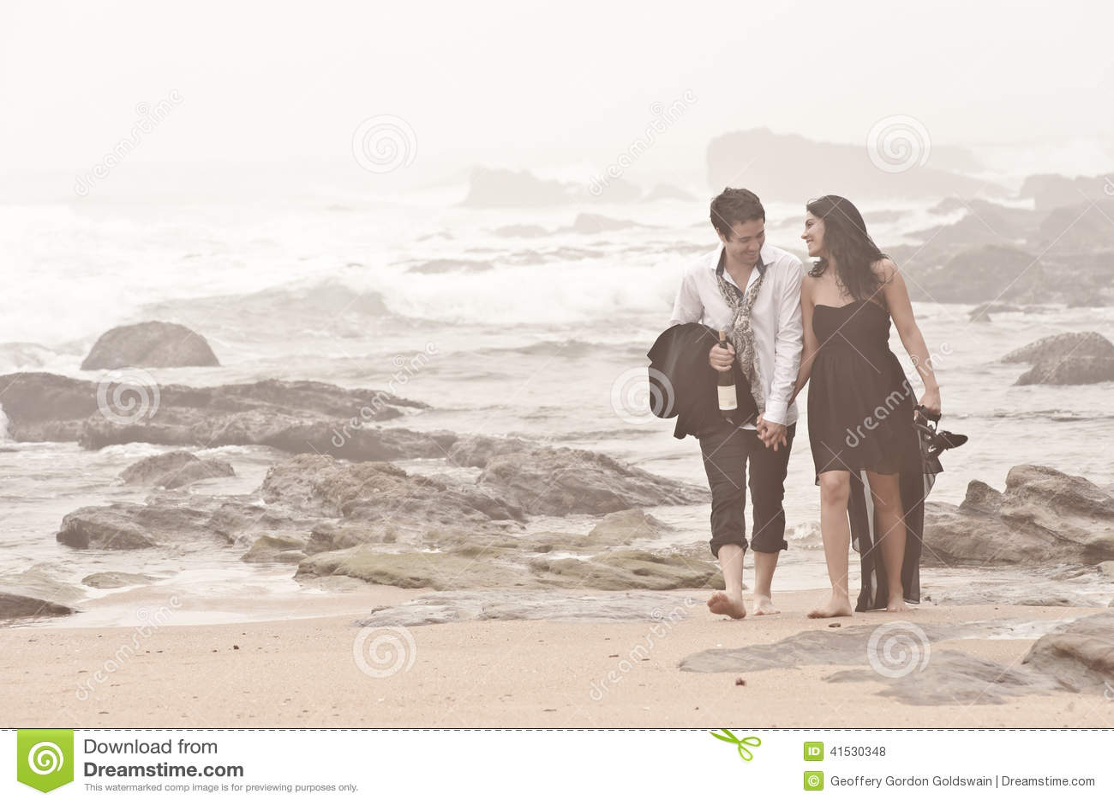 Pares románticos jovenes Long Beach que camina