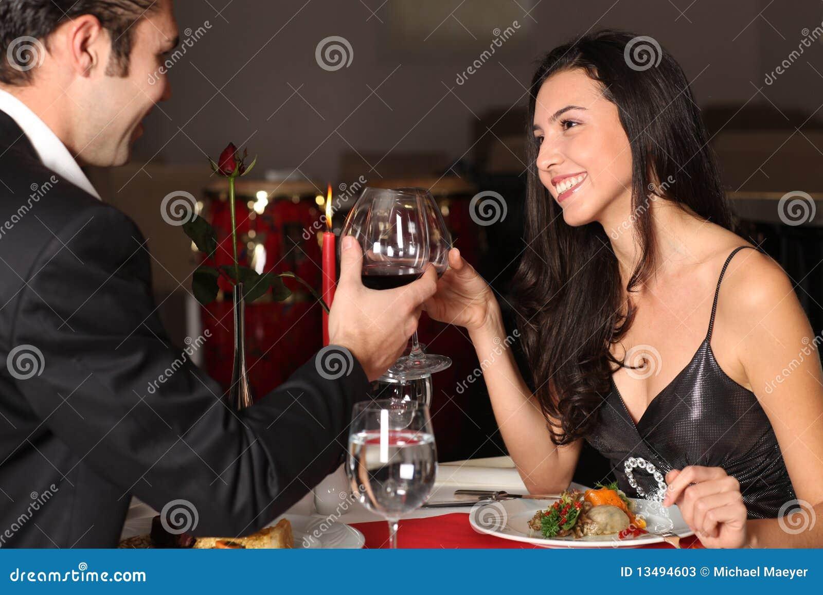 Pares románticos que cenan