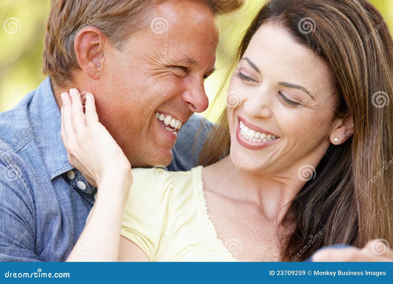Pares românticos ao ar livre