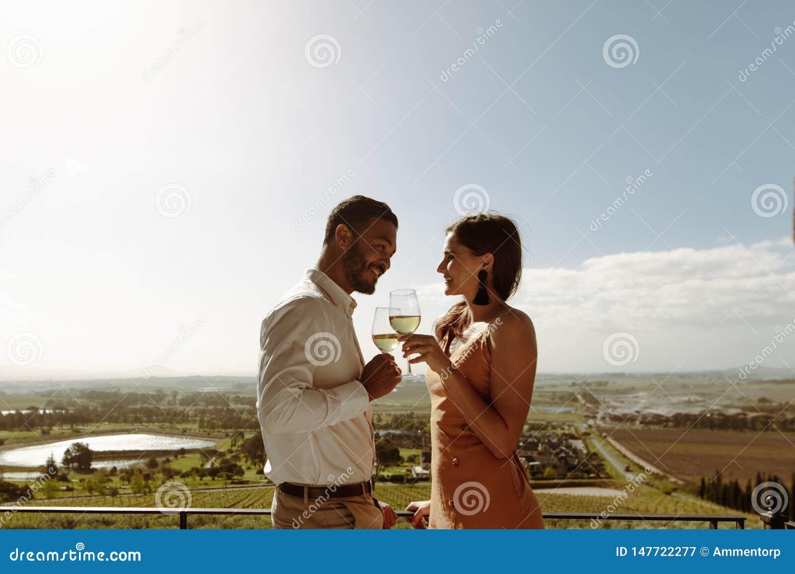 Pares românticos em uma data no campo