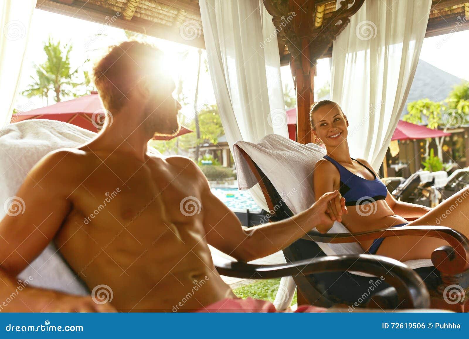Pares românticos no amor no spa resort em férias relacionamentos