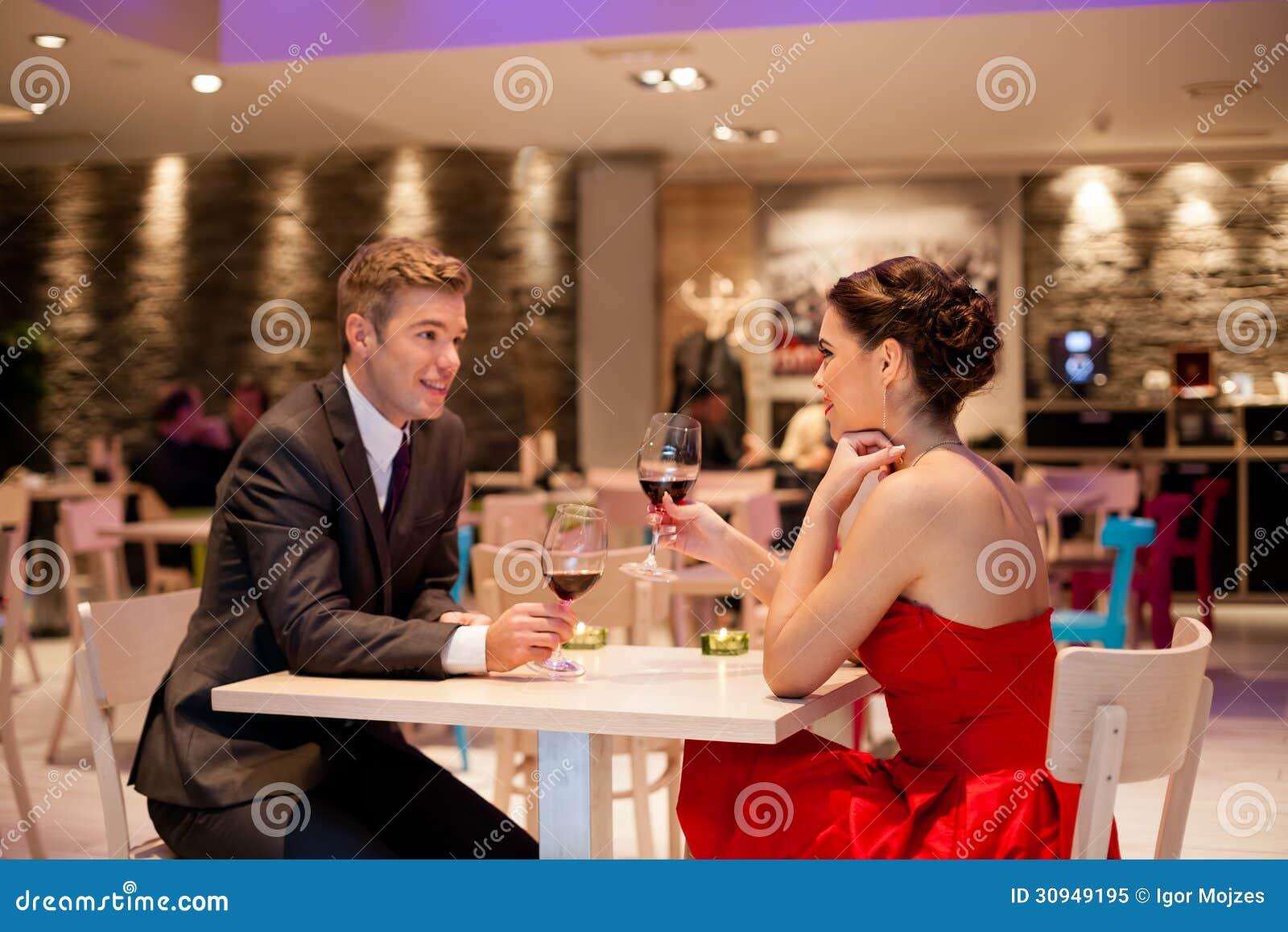 Pares românticos no restaurante