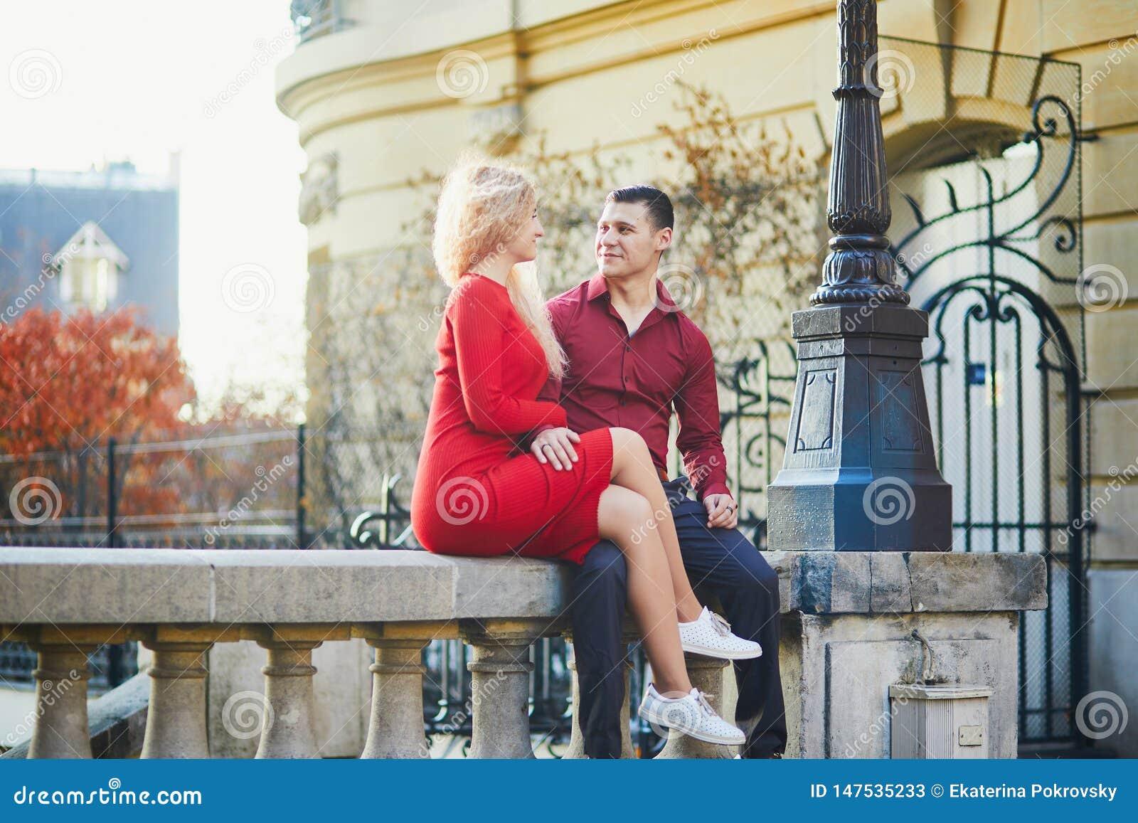 Pares rom?nticos kising en una calle parisiense