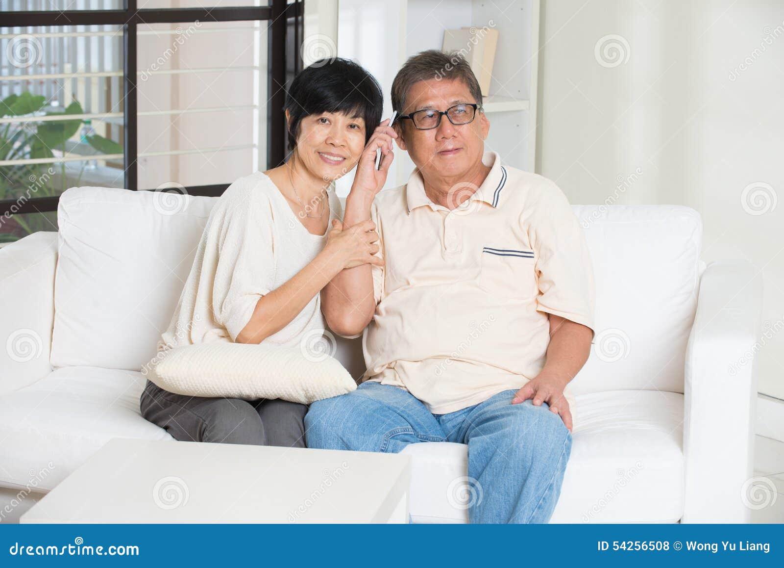 Pares sênior asiáticos