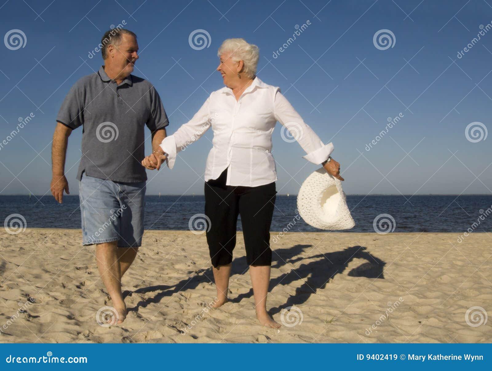 Pares sênior na praia