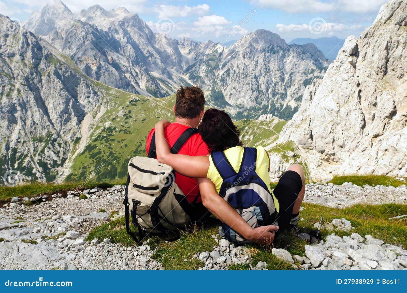 Pares sênior que apreciam feriados nas montanhas