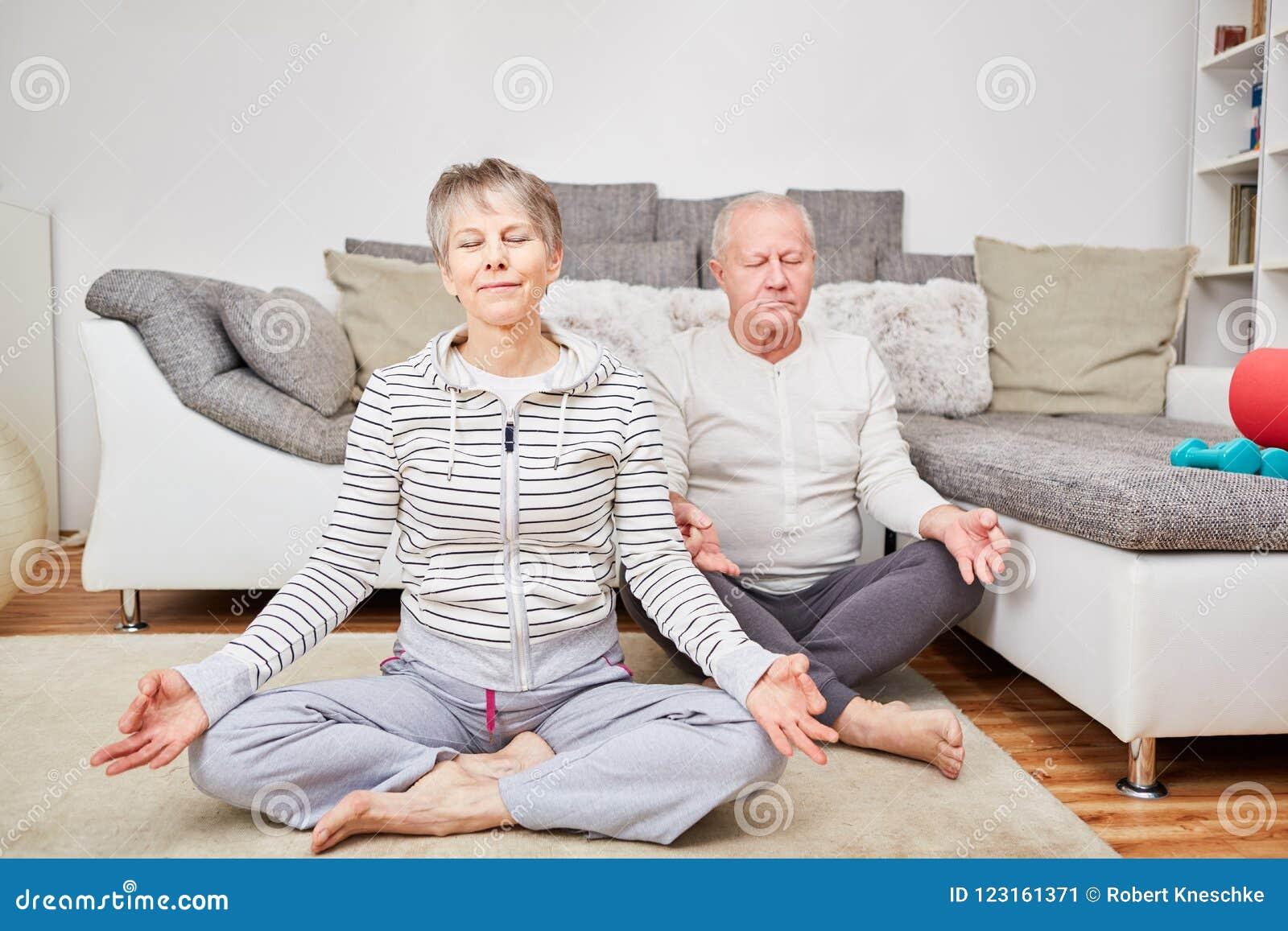 Pares sênior que meditating