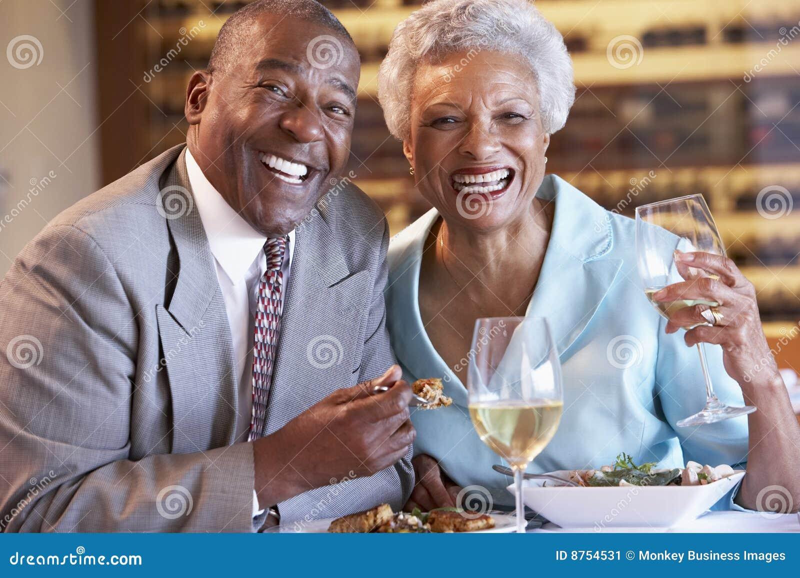 Pares sênior que têm o jantar em um restaurante