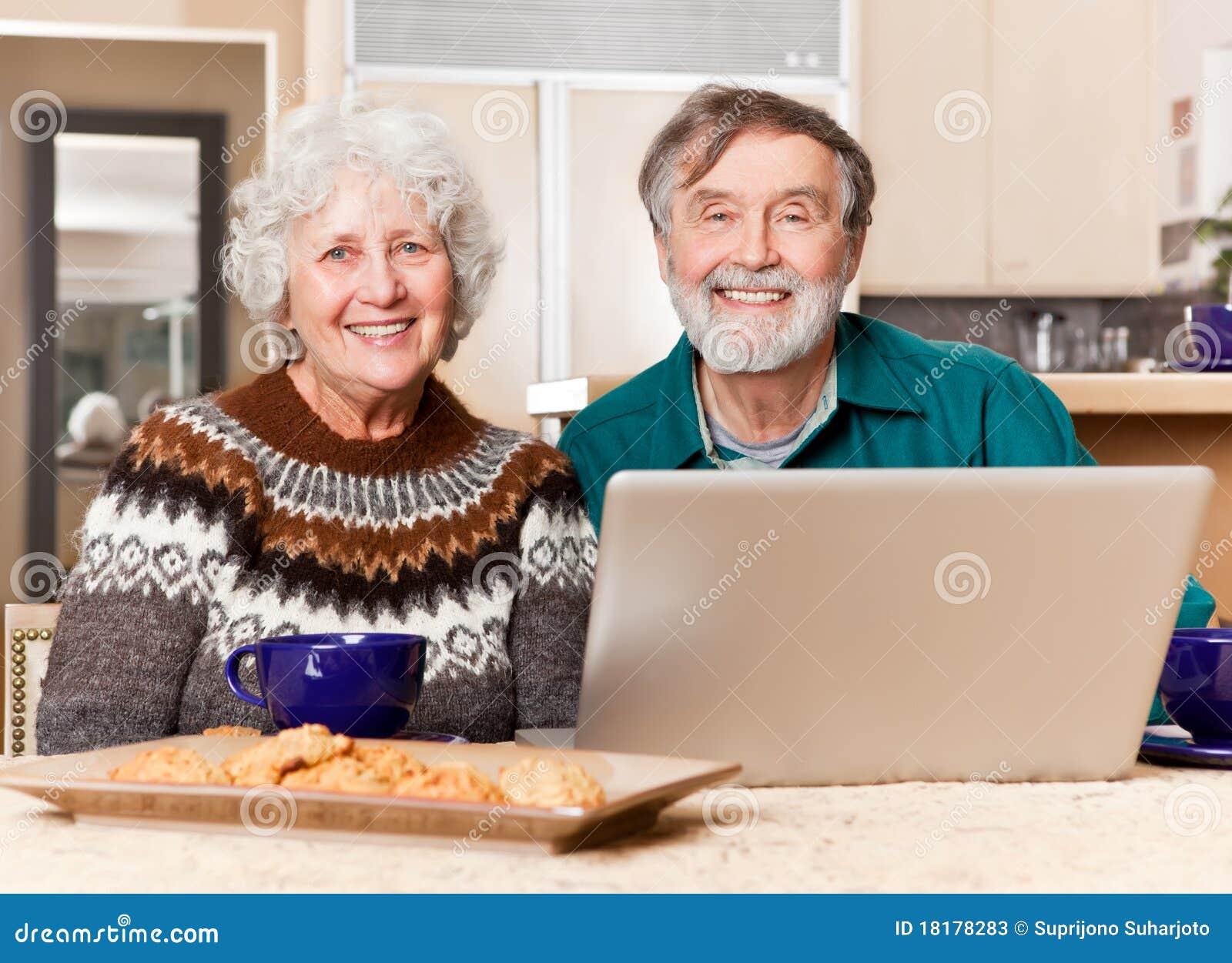 Pares sênior usando o computador