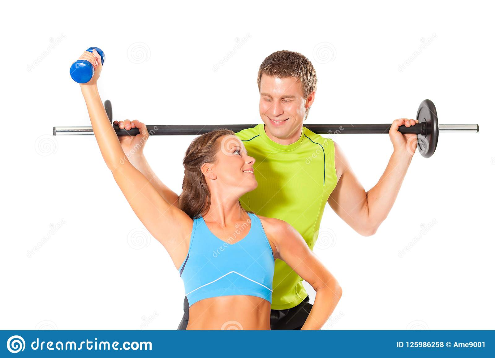 Pares saudáveis que fazem o exercício do gym do poder